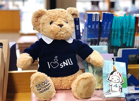 <br> 大学ごとに個性が光るソウルのキャンパスグッズショップを紹介します。